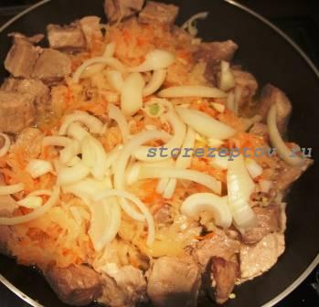 Добавление к мясу лука, чеснока, соленой капусты