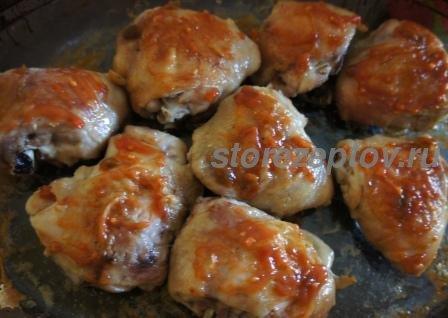 Куриные бедра под соусом из кетчупа и чеснока