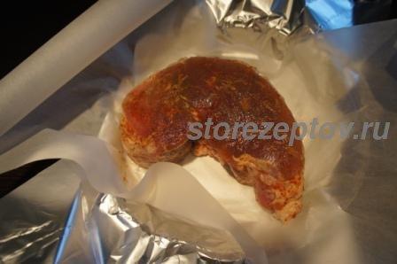 Свинина перед запеканием заворачивается в бумагу и фольгу