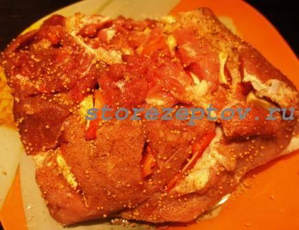 Кусок мяса в зернах горчице и перце