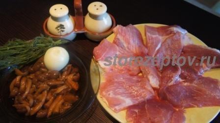 Необходимые ингредиенты для приготовления рулетиков из свинины с грибами