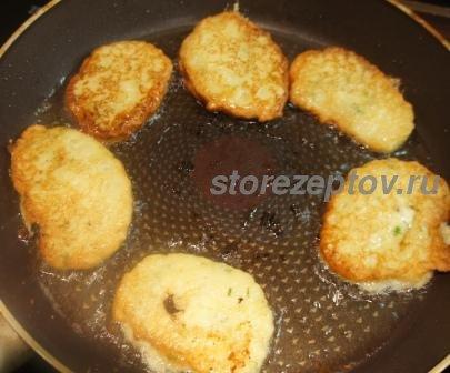 Жаренные на сковороде оладьи из кабачков