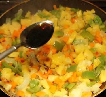 В овощи на сковороде выливается соевый соус
