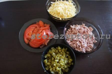 Начинка для пиццы с колбасой, помидорами, огурцами
