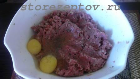 В фарш для гречаников добавляем гречку и яйца