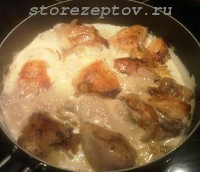 Курица тушится в молочном соусе