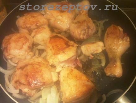 Курица с луком жарится на сковороде