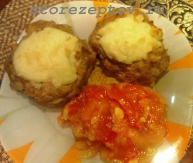 Приготовленные в духовке мясные гнезда с картошкой