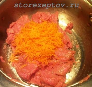 К фаршу добавляется морковь