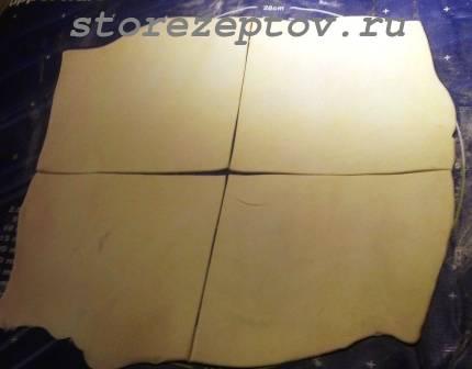 Раскатанное и нарезанное на квадраты слоеное тесто