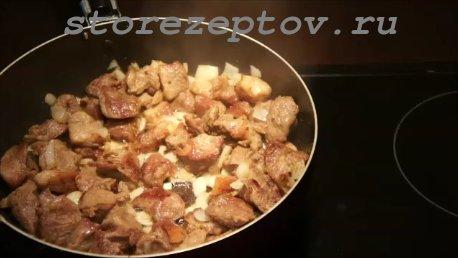 Обжаренное мясо с луком для бигуса