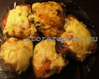 Запеченные маринованные куриные бедрышки под сыром