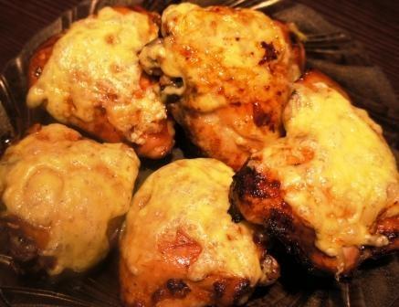 Маринованные куриные бедра в духовке с сыром: пошагово с фото