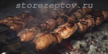 Вкусный и быстрый шашлык без уксуса из свинины с луком: рецепт с фото