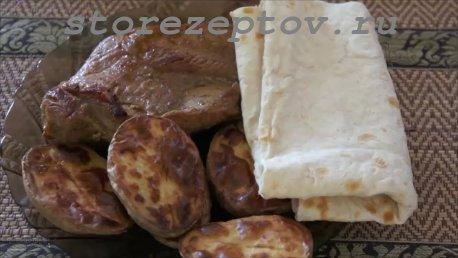 Готовый стейк с запеченной картошкой