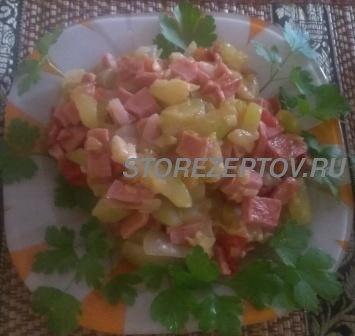Тушеные на сковороде кабачки с колбасой