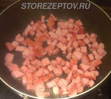 Колбаса на сковороде