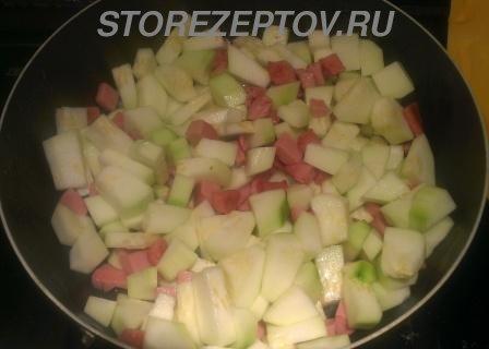Кабачки с колбасой на сковородке