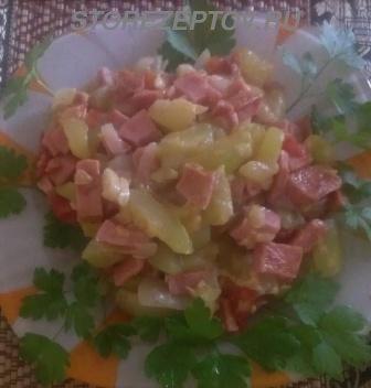Готовые кабачки с колбасой на сковороде