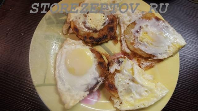 Залитые яйцами жареные на сковороде кабачки