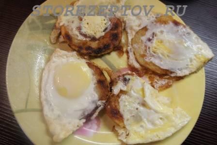Готовые жаренные на сковороде с яйцами кабачки