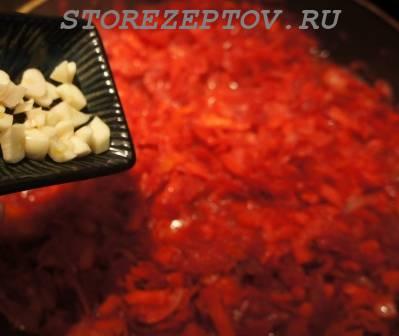 Добавление к овощам чеснока