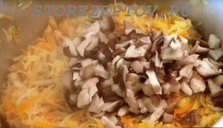 Добавление грибов к солянке