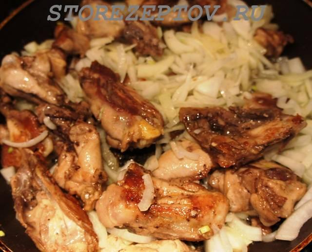 Курица на сковороде с луком