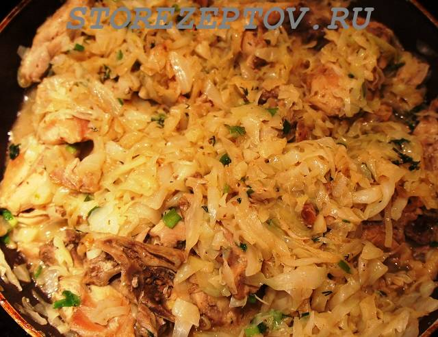Тушеная на сковороде свежая капуста с курицей