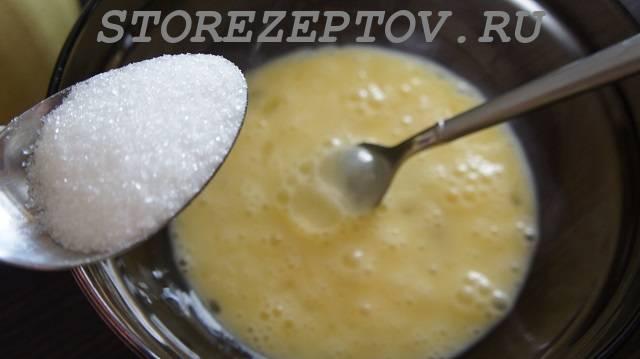Добавление сахара в яйца
