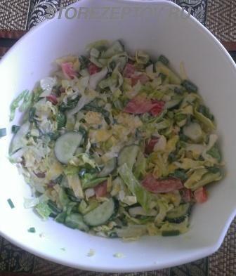Салат из свежей капусты, помидоров, огурцов