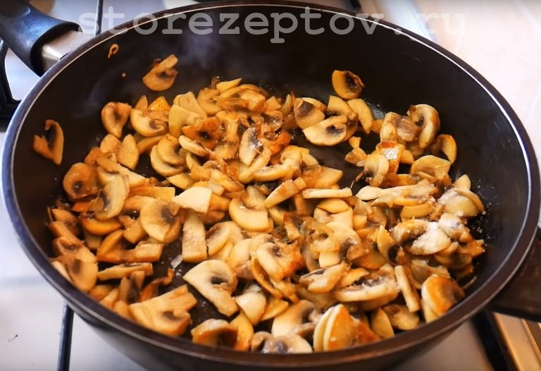 Жарим грибы с луком