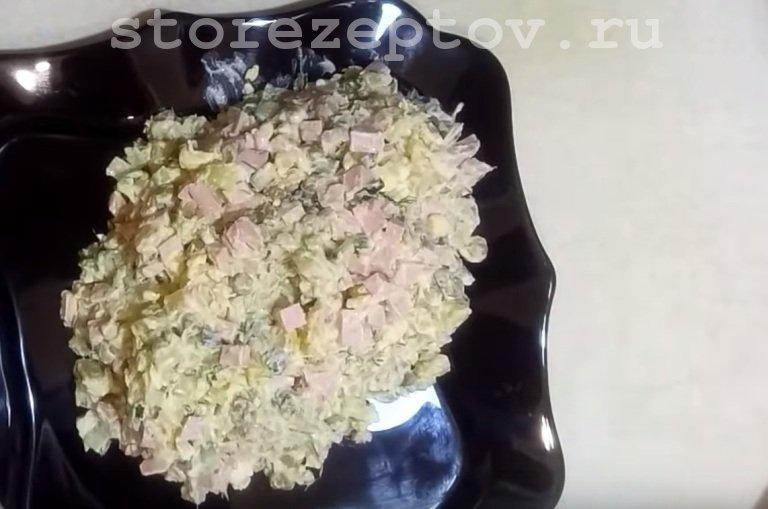 Готовый салат Оливье на праздничный стол