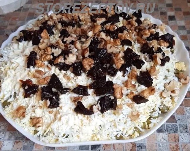 Грецкие орехи и чернослив на салате Граф