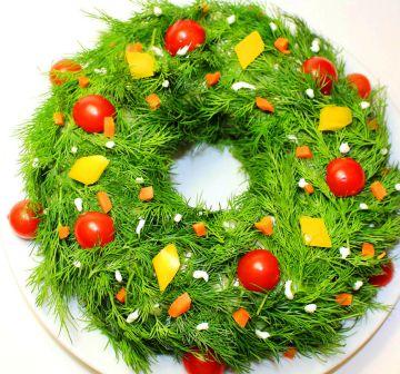 Салат Рождественский венок украшен укропом, помидорами Черри, сыром, морковью