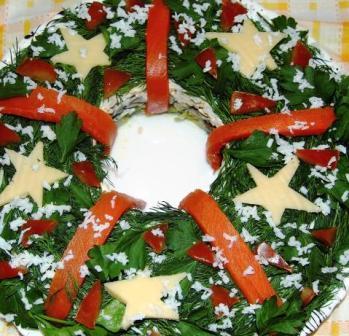 Фото украшения салата Рождественский венок сыром, зеленью, рыбой