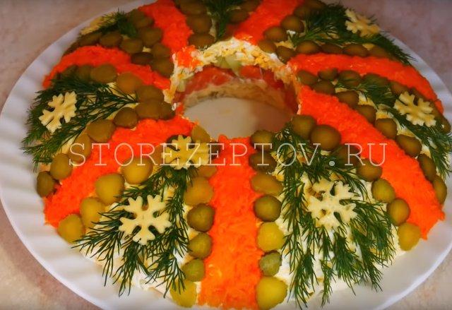 Праздничный салат Рождественский венок