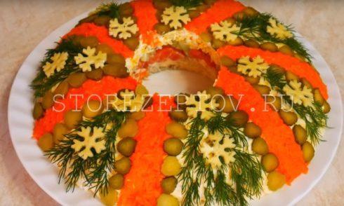 Украшенный в виде венка салат на Рождество