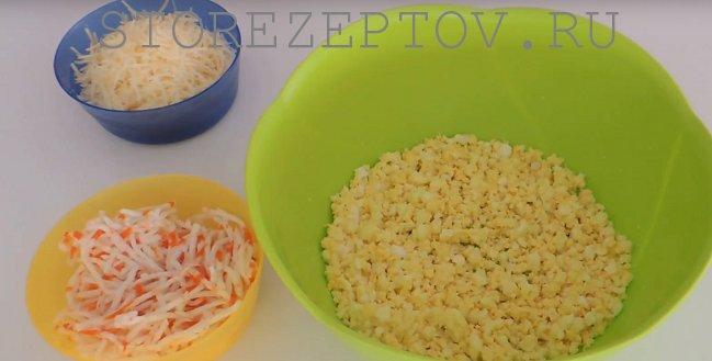 Ингредиенты на праздничный стол для закуски с крабовыми палочками