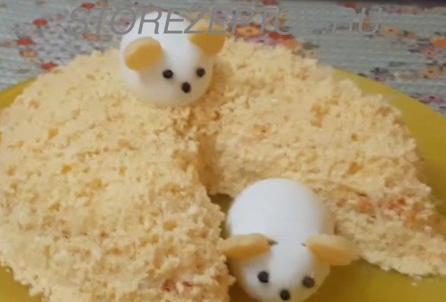 Салат Новогодний оформлен в виде куска сыра с Мышатами их яиц
