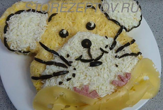 Символ 2020 года Мышка сделана из сыра, яиц, оливок и колбаски