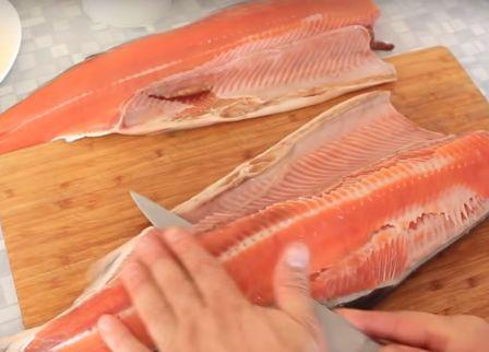 Подготовка красной рыбы к запеканию