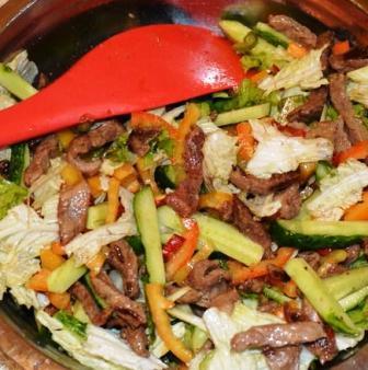Приготовление тайского салата с говядиной