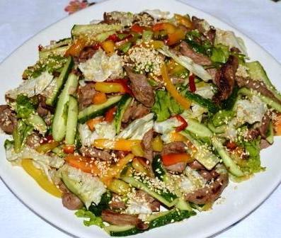 Тайский салат в говядиной и кунжутом