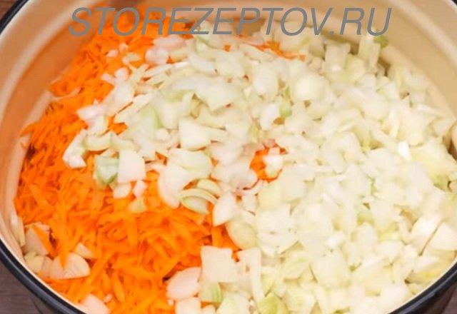 Лук и морковь для зимнего салата из кабачков