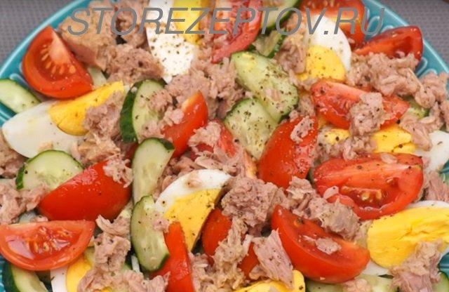 Готовый салат я огурцами, тунцом и яйцами