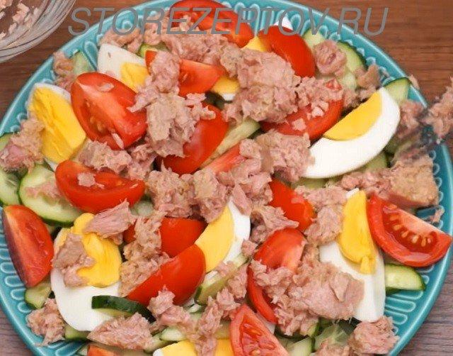Добавление в салат консервированного тунца
