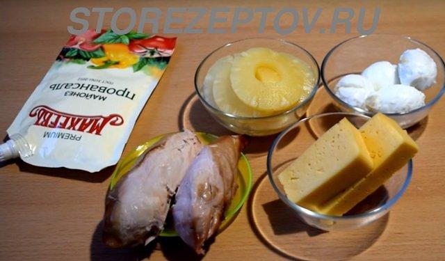 Ингредиенты для салата с ананасами и копченой курицей