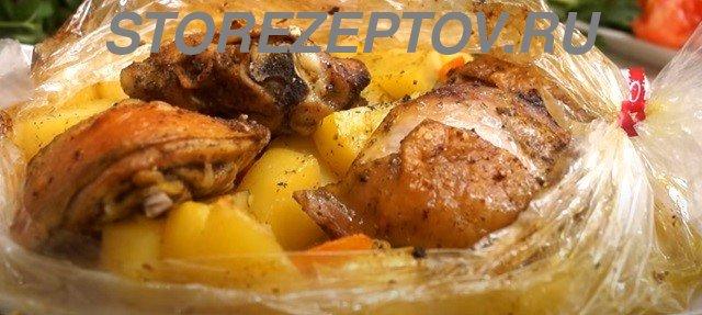 Приготовленные в духовке куриные кусочки с картошкой