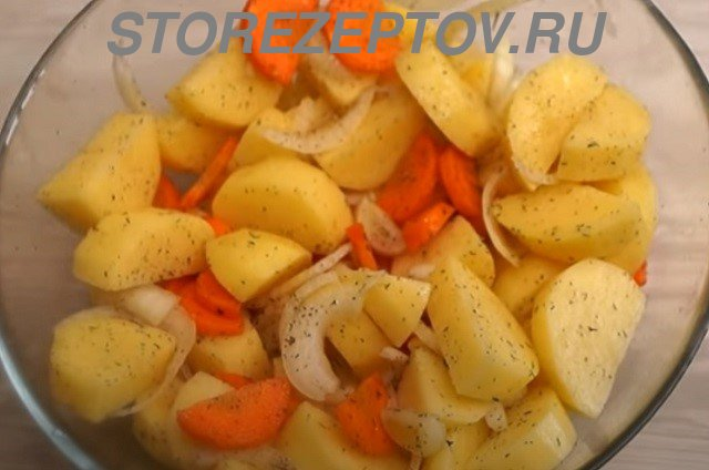 Картошка, морковка и лук для запекания с курицей